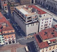Smaltimento dei rifiuti in zona centrale a Brescia (ex Standa)